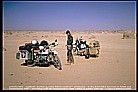 meeting a nice german guy (a Swabian=ein Schwabe) with tire problems in the middle of the SAHARA_winter 1987 / 88 _during my trip to KENYA